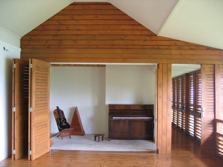 GANNE house - living room 2 STUDY CASE sas d'Architecture トロピカルデザインの リビング