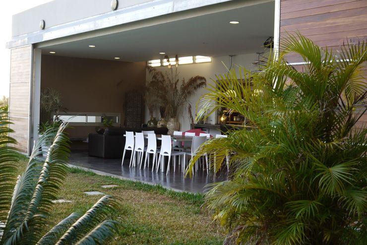 CLEMENTINE house - outside view STUDY CASE sas d'Architecture Tropische Wohnzimmer