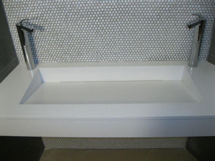 lavabo en blanco marmoles la pedrera Baños de estilo mediterráneo