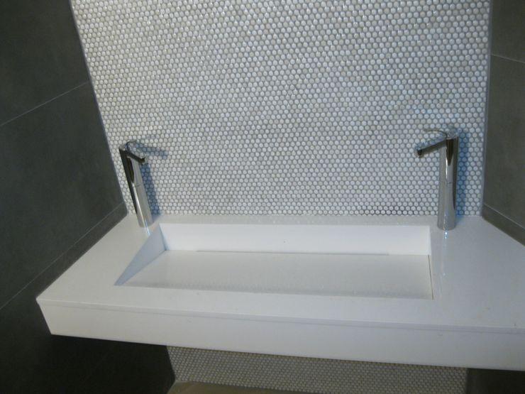 lavabo en Blanco. marmoles la pedrera Baños de estilo mediterráneo