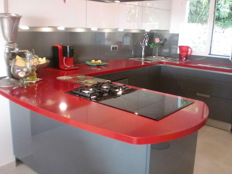 Cocina en rojo. marmoles la pedrera Cocinas de estilo mediterráneo