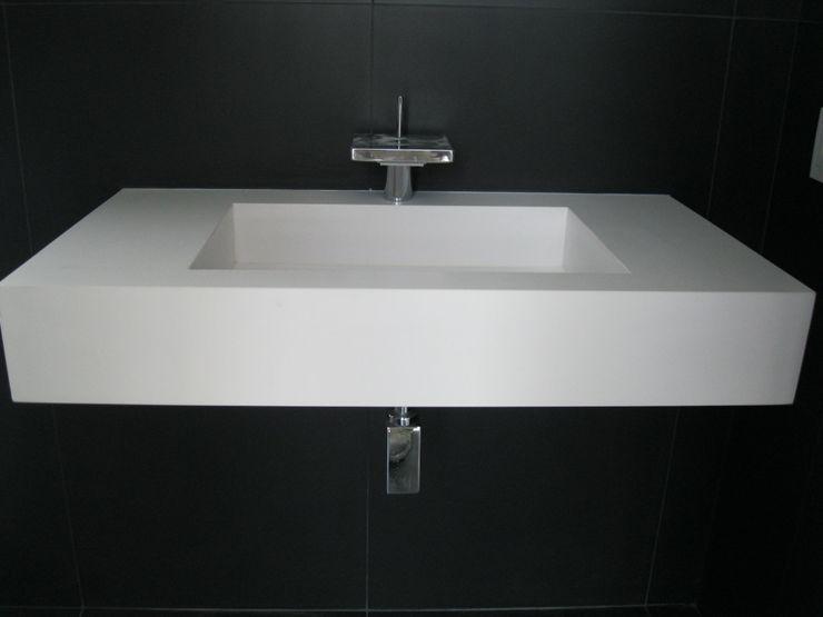 Baño suspendido en blanco. marmoles la pedrera Baños de estilo mediterráneo
