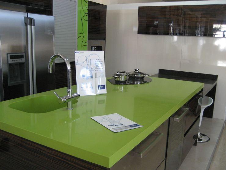 Isla en Verde fun. marmoles la pedrera Cocinas de estilo mediterráneo
