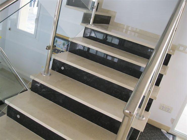 Escalera combinada. marmoles la pedrera Salones de estilo mediterráneo