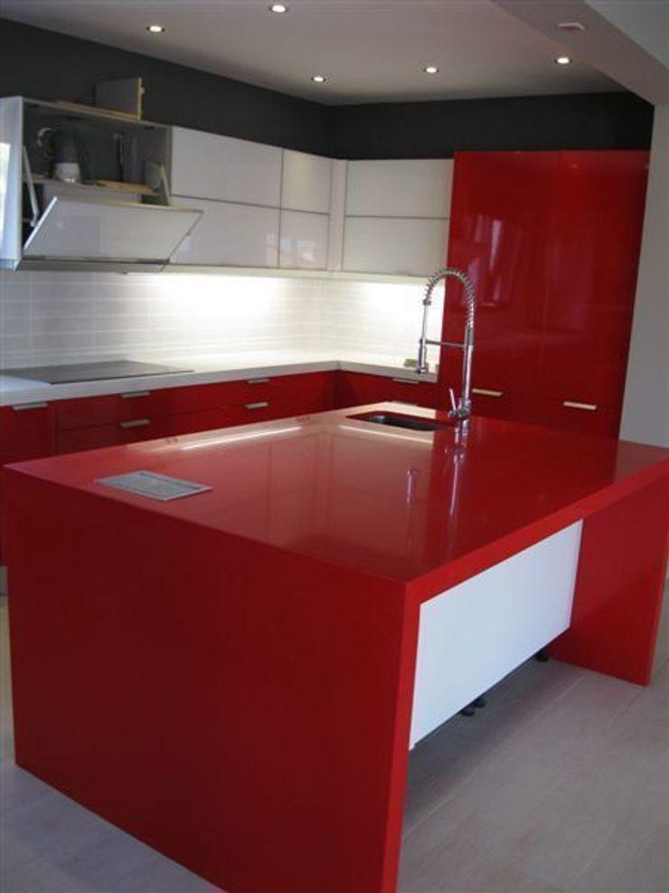 Isla en rosso monza. marmoles la pedrera Cocinas de estilo mediterráneo