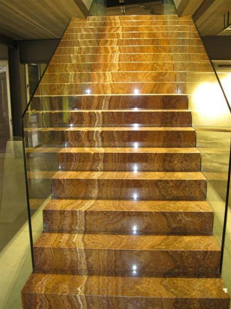 Escalera volada. marmoles la pedrera Pasillos, vestíbulos y escaleras de estilo mediterráneo