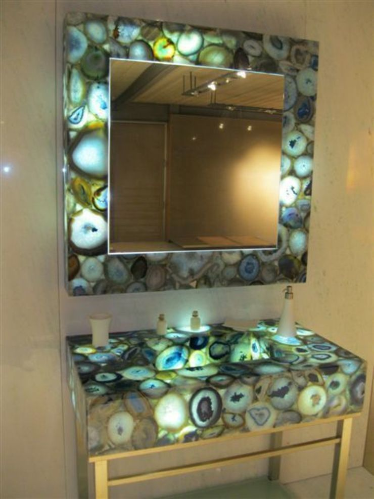 Lavabo iluminado. marmoles la pedrera Baños de estilo mediterráneo