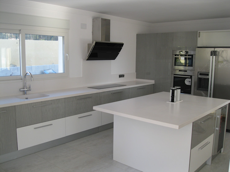 Cocina en blanco marmoles la pedrera Cocinas de estilo mediterráneo