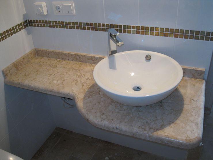 Lavabo en marmol. marmoles la pedrera Baños de estilo mediterráneo