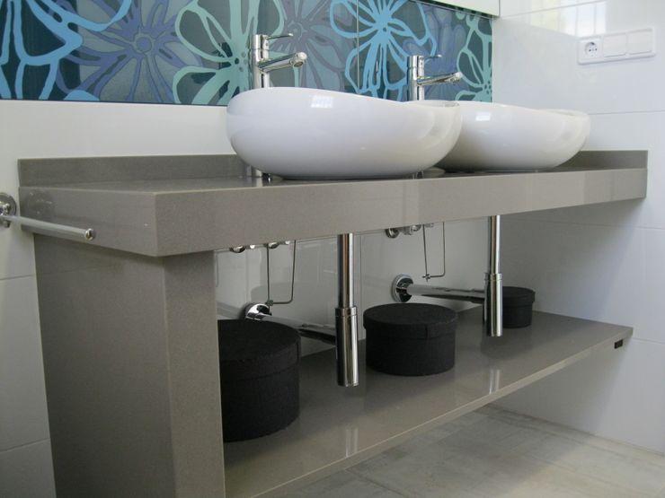 Baño en cuarzo gris. marmoles la pedrera Baños de estilo mediterráneo