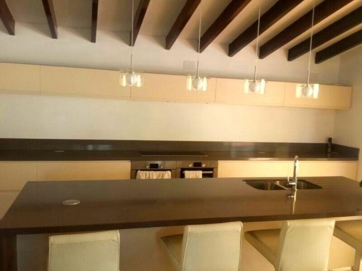 Cocina con isla marmoles la pedrera Cocinas de estilo moderno