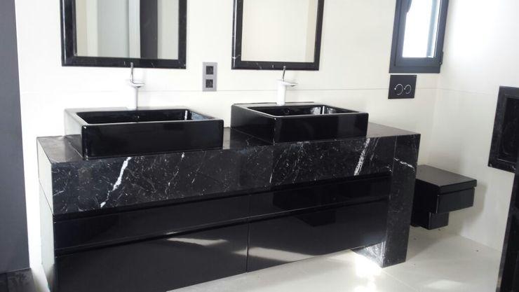 Baño en negro. marmoles la pedrera Baños de estilo moderno