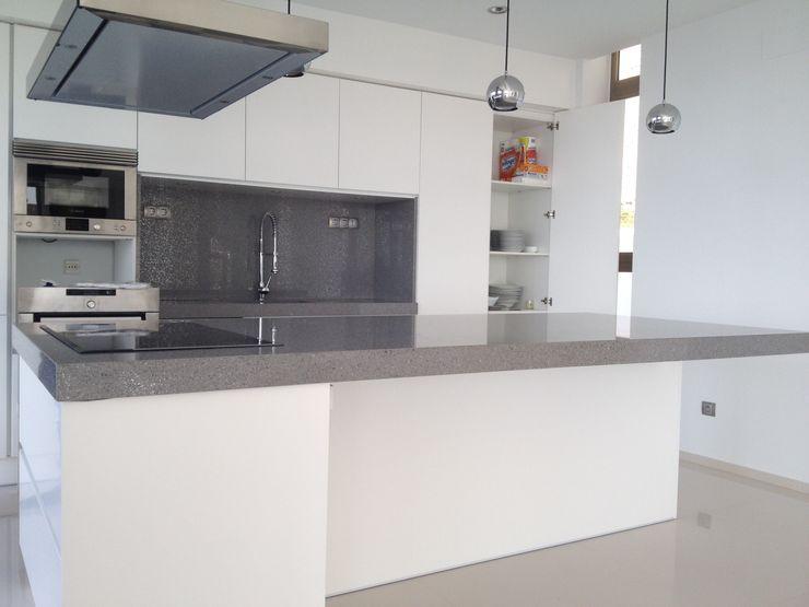 Isla volada marmoles la pedrera Cocinas de estilo moderno