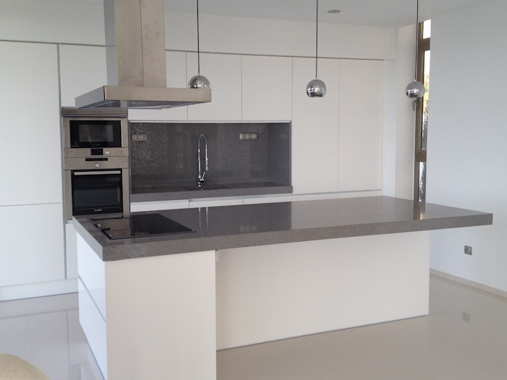 Cocina con isla. marmoles la pedrera Cocinas de estilo moderno