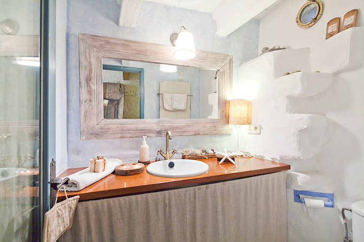 ALQUILER DE CASA EN EL EMPORDA CON MUCHO ENCANTO , decoradora JUDITH FARRAN Home Deco Decoración BañosLavabos