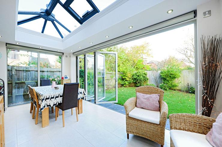 Aluminium orangery with bi fold doors homify Jardines de invierno de estilo moderno
