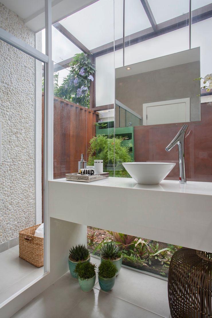 ANGELA MEZA ARQUITETURA & INTERIORES Modern Bathroom