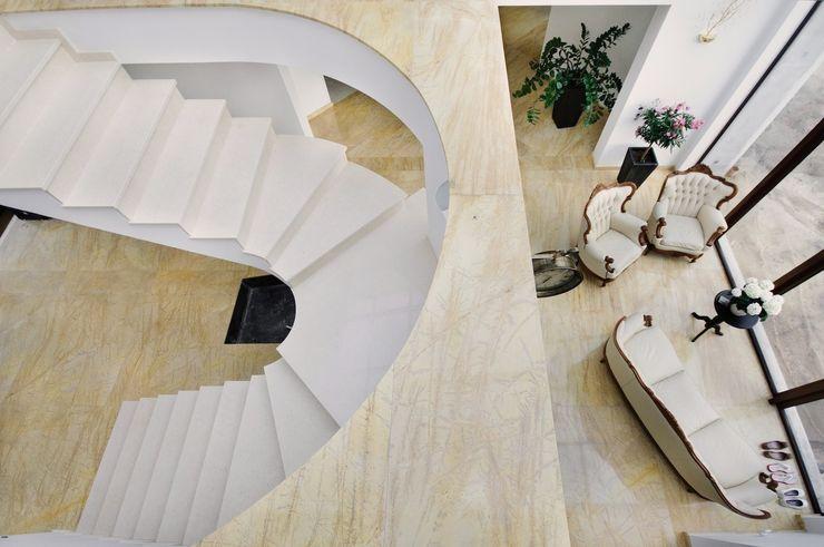GRANMAR Borowa Góra - granit, marmur, konglomerat kwarcowy 經典風格的走廊,走廊和樓梯