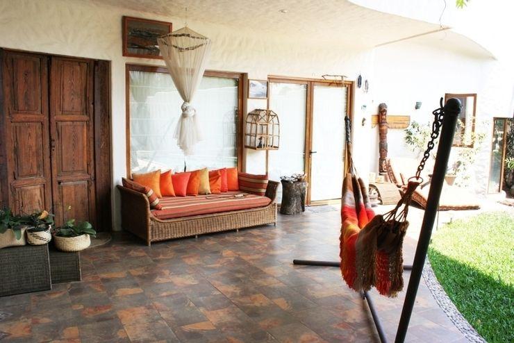 Pasillo Interior de Casa vista al Jardin Cenquizqui Vestíbulos, pasillos y escalerasAccesorios y decoración