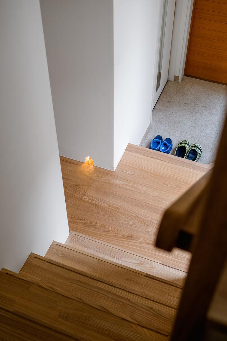 トンガリの家 株式会社リオタデザイン モダンスタイルの 玄関&廊下&階段