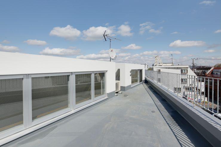 仲摩邦彦建築設計事務所 / Nakama Kunihiko Architects Balcones y terrazas de estilo moderno