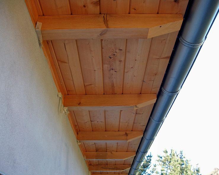 Alero con panel de madera. panelestudio Casas de estilo clásico