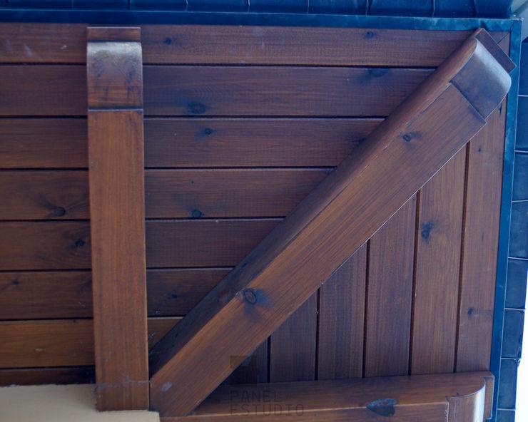 Alero en panel sandwich de madera teñido castaño. panelestudio Casas de estilo clásico