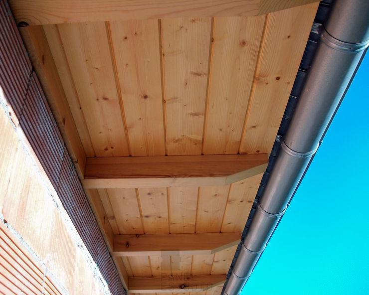 Alero panel madera de abeto barnizado. panelestudio Balcones y terrazas de estilo clásico