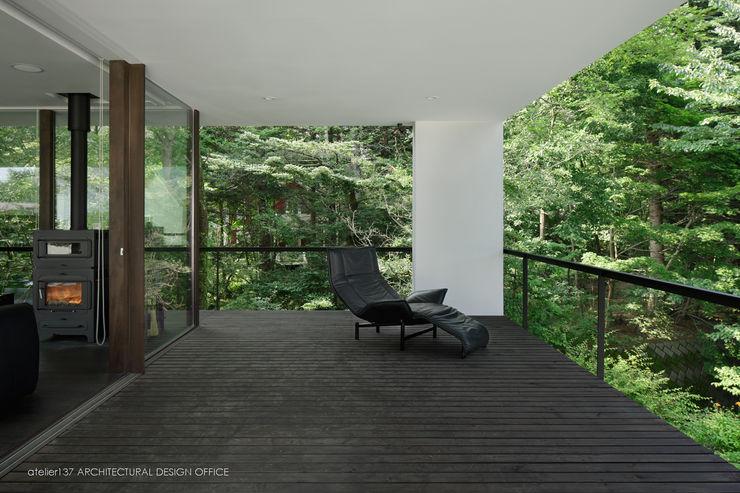 atelier137 ARCHITECTURAL DESIGN OFFICE Nowoczesny balkon, taras i weranda Drewno Czarny