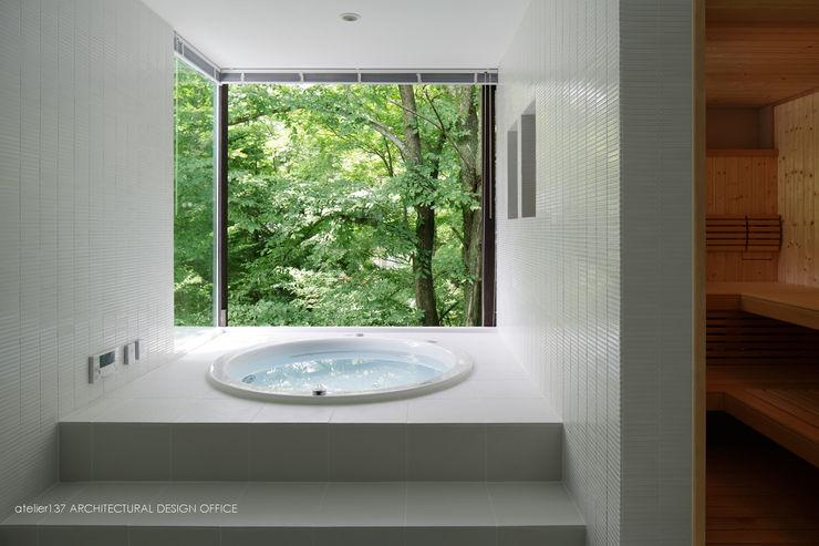 atelier137 ARCHITECTURAL DESIGN OFFICE Salle de bain moderne Tuiles Blanc
