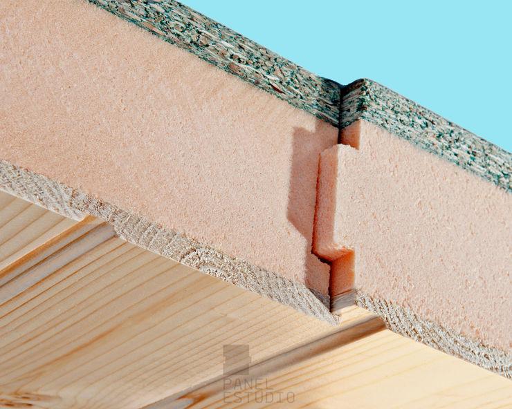Estructura de panel sandwich de madera. Cara vista friso abeto barnizado, núcleo aislante térmico y acústico y cara superior y soporte, tablero de aglomerado hidrófugo. panelestudio