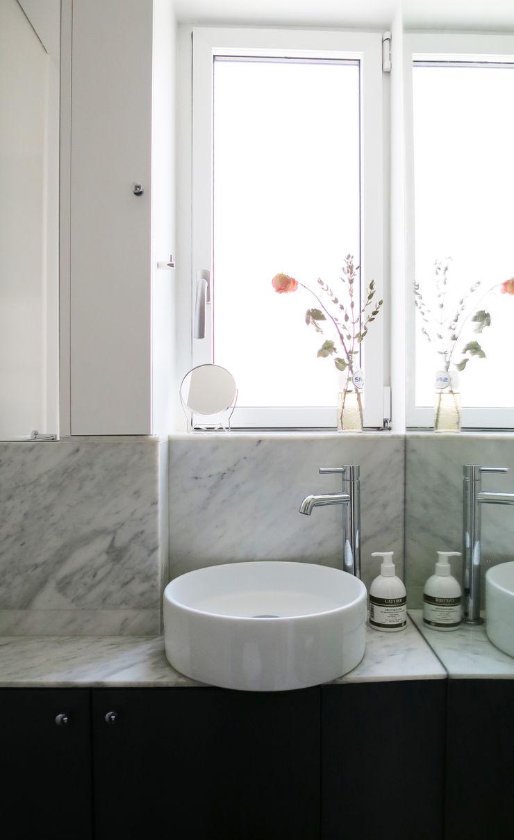 lavabo devant la fenêtre Studio Pan Salle de bain moderne