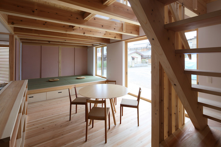 ダイニングと小上りの和室 芦田成人建築設計事務所 オリジナルデザインの ダイニング