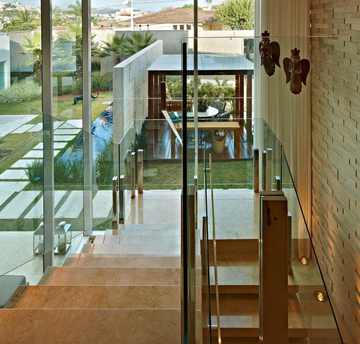 Gláucia Britto Modern Corridor, Hallway and Staircase