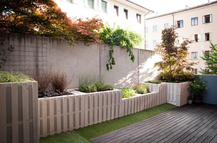 Pallet terrace exTerra   consulenze ambientali e design nel verde Balcone, Veranda & TerrazzoMobili Legno Bianco