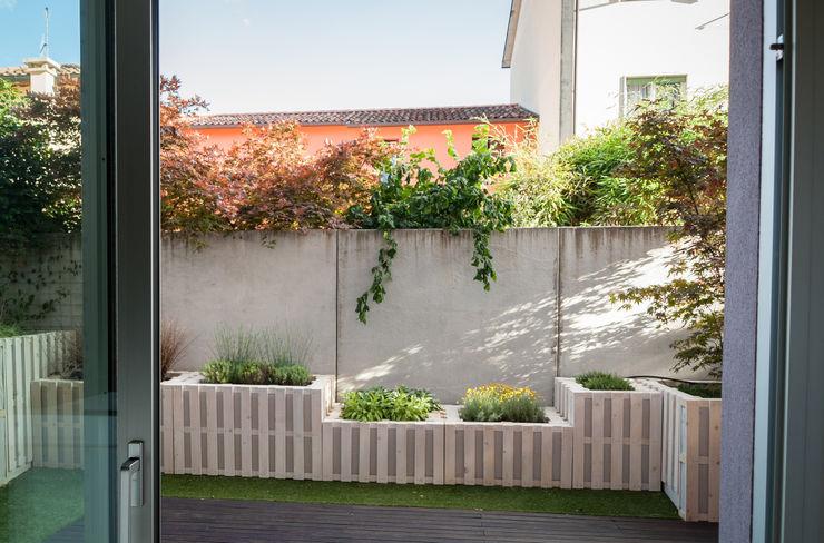 Vista dall'interno della zona living exTerra | consulenze ambientali e design nel verde Balcone, Veranda & Terrazza in stile rustico Legno Bianco