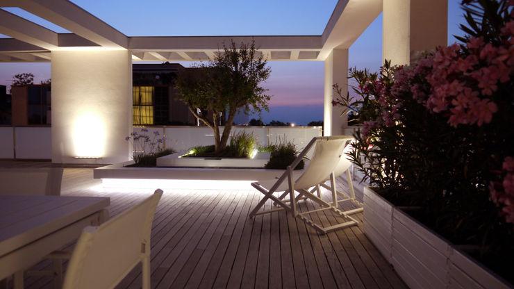 ESTERNIDAUTORE Minimalist balcony, veranda & terrace