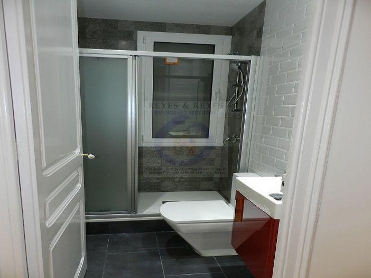 Reyes & Reyes reformas y servicios Rustic style bathroom