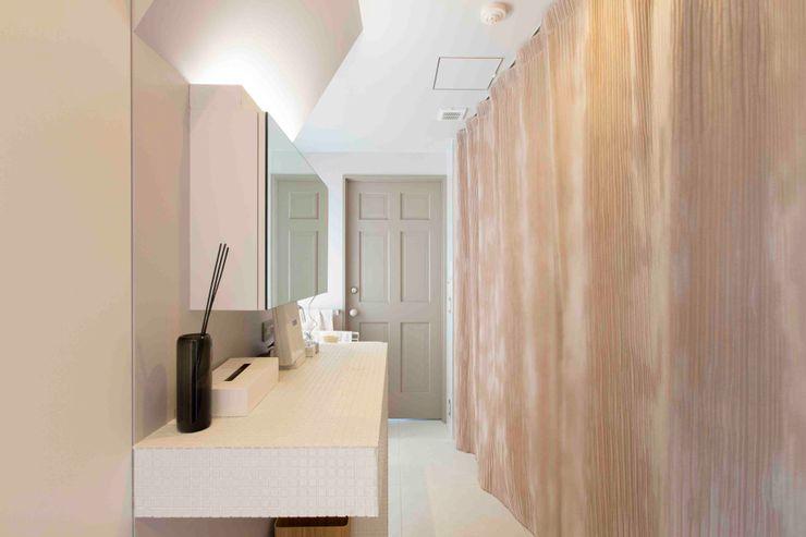 取り抜けできるパウダールーム ティー・ケー・ワークショップ一級建築士事務所 北欧スタイルの お風呂・バスルーム タイル