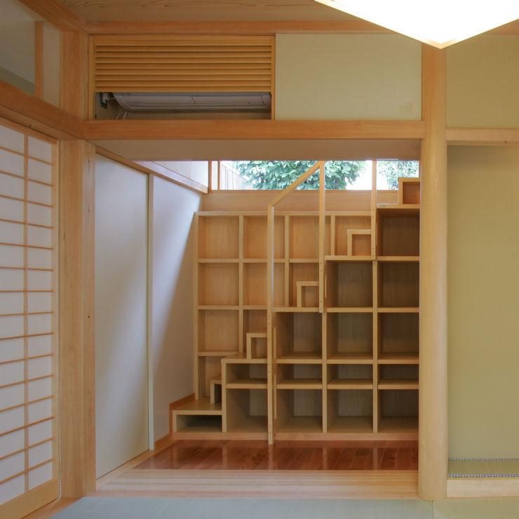 3つのテラスが自然を採り入れる、中庭が景色をつなぐ家 M設計工房 モダンデザインの リビング 木 木目調