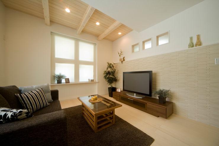 エムズ アーキテクト デザイン 一級建築士事務所 Living room Beige