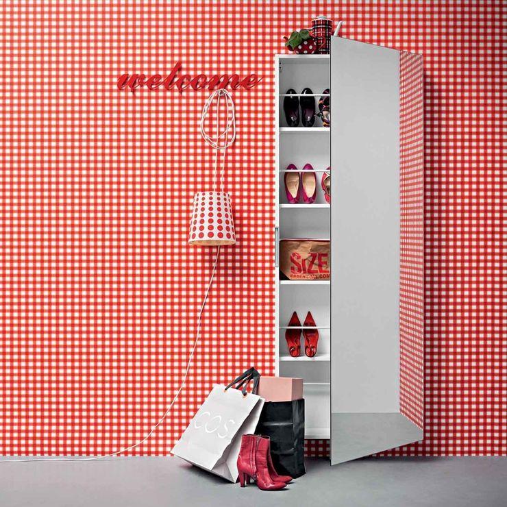 'Welcome' Contemporary hallway shoe storage with mirror by Birex homify Corridor, hallway & stairsStorage