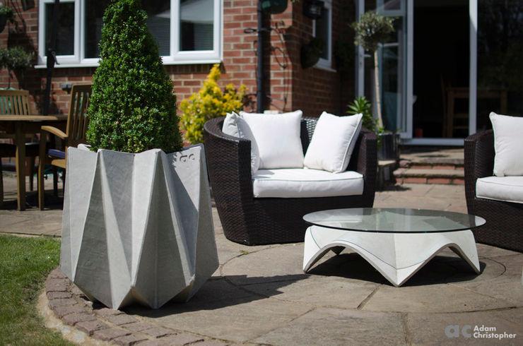 Kronen 65 Flower Pot in Warm Grey Concrete Adam Christopher Design GiardinoFioriere & Vasi Cemento Grigio