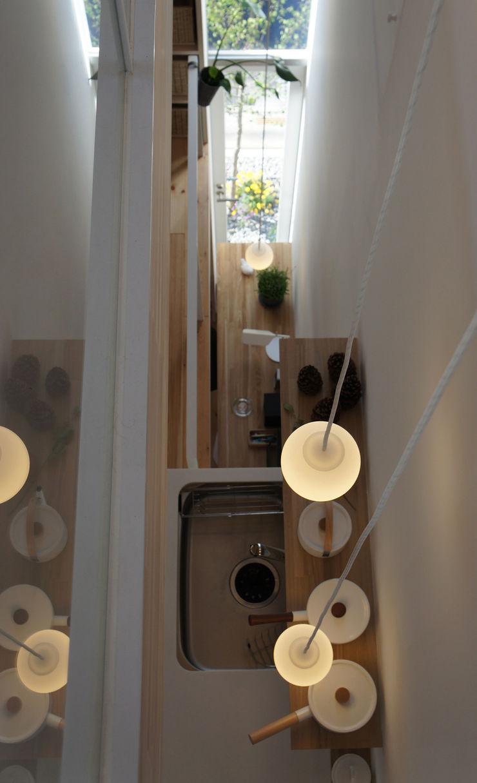 White hut and Tilia japonica 高橋真紀建築設計事務所 Puertas y ventanas de estilo ecléctico