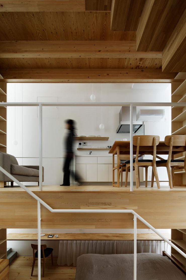 White hut and Tilia japonica 高橋真紀建築設計事務所 Comedores de estilo ecléctico