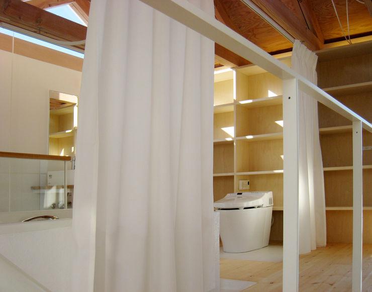 White hut and Tilia japonica 高橋真紀建築設計事務所 Baños de estilo ecléctico