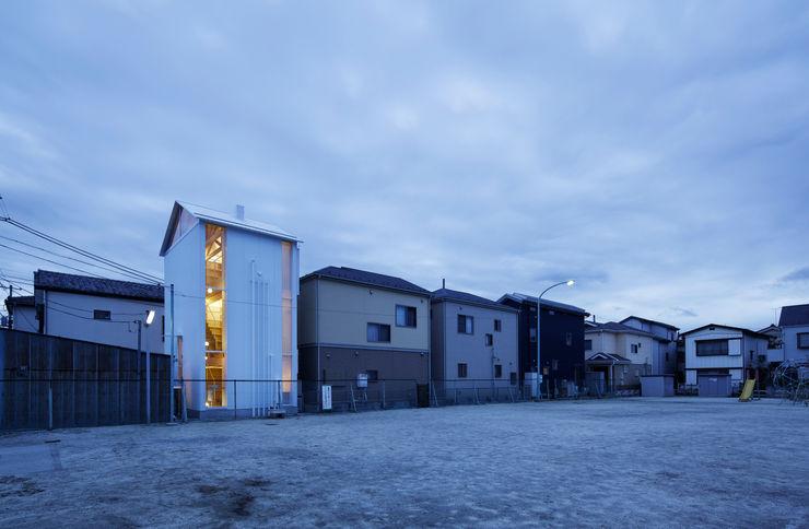 White hut and Tilia japonica 高橋真紀建築設計事務所 Casas de estilo ecléctico