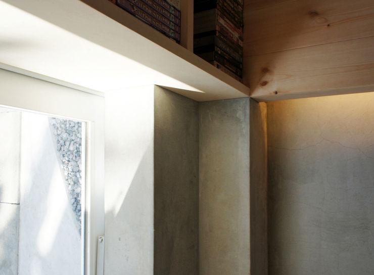 White hut and Tilia japonica 高橋真紀建築設計事務所 Paredes y pisos de estilo ecléctico