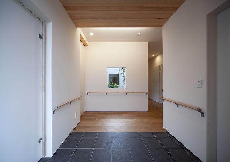 ISDアーキテクト一級建築士事務所 Modern corridor, hallway & stairs Wood White