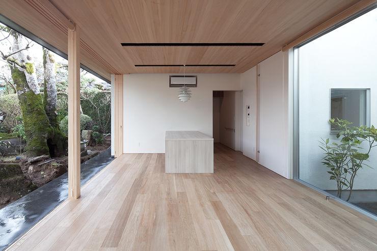 ISDアーキテクト一級建築士事務所 Modern living room Wood White
